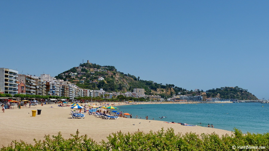 Platje de Blanes, the main beach of Blanes bordering the old town center